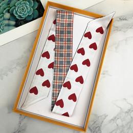 Bufandas negras corazones online-2 colores Diseñador bufanda señoras delgado bolso estrecho mango de seda bufanda rojo corazón negro de doble cara impresa sarga satén marca pequeña cinta