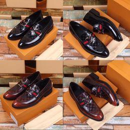 Men s burgundy dress shoes online-Zapatos de vestir formales de alta calidad para caballeros, piel brillante, negro y zapatos de cuero color borgoña con zapatos de cuero de los hombres puntiagudos de Oxford.