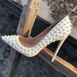 повседневная обувь на высоком каблуке Скидка Бесплатная доставка гонорар новый стиль Повседневная Дизайнер белая лакированная кожа шипованные острие носок туфли на высоких каблуках туфли на высоком каблуке невесты свадьба