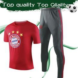 Vestiti grigi rossi online-2019 Nuovo Top Quality Munich Munich T-Shirt con Pantaloni New Sport Tute da calcio Rosso Tshirt Pantaloni grigi per uomo Taglia S-3XL
