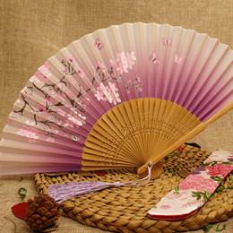 2019 processo di seta Le donne piegano la stampa Cherry Fan Fashion Blossoms Process Bamboo Hand Fan Manuale scolpire tavolo in seta Decor Artigianato TTA527 processo di seta economici