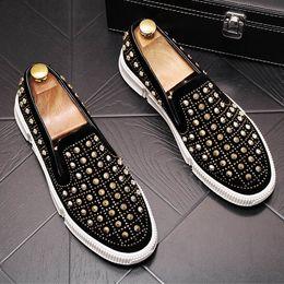a40cf8433 ERRFC Britânico Luxo Mens Preto Conforto Casuais Sapatos Dedo Do Pé Redondo  Deslizamento Em Rebites Charme Homem Tendências Sapatos de Lazer Loafer  Tamanho ...
