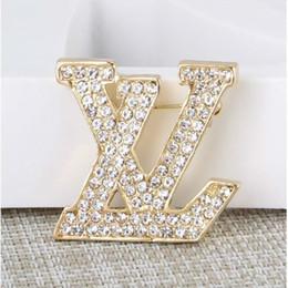 Sconto Nuove lettere spilla lotto donne famose vestito spilla gioielli accessori regalo di alta qualità spille da camicie umoristiche fornitori
