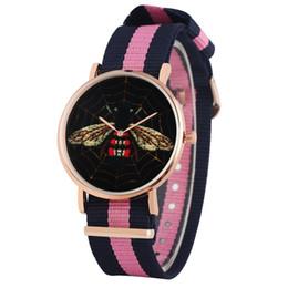 Color dorado relojes damas online-Banda de nylon de color mezclado con hebilla de reloj para mujer Relojes de lujo con diseño de abeja negra para mujer Con estilo de oro rosado Reloj de pulsera de cuarzo