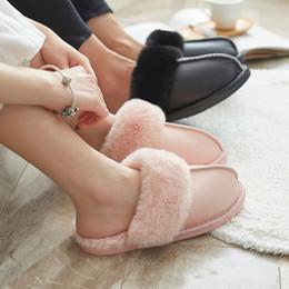 2019 zapatillas de casa de felpa Piel de las mujeres zapatillas de invierno cálido algodón ovejas amantes interior del hogar felpa pantuflas de peluche de color rosa negro diapositivas peludos Casa Zapatos zapatillas de casa de felpa baratos