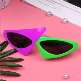 lila partei gläser Rabatt Neuheit 2 Neon Asymmetrische lila grüne Farbe lustige Brille Mode-Accessoires für Halloween-Party Hip-Hop-Sonne