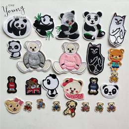 Il vestito porta i sacchetti online-Ricamo panda del fumetto Patch Appliques Ferro sulla toppa Simpatico orso Adesivo per indumento T-shirt Abiti Borse Artigianato cucito fai da te