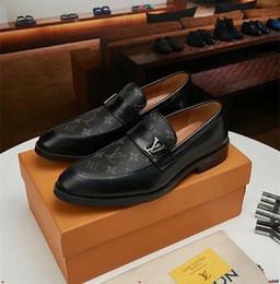 Mejores zapatos de vestir grises online-18ss Recién llegado de Italia Mejor calidad para hombre Zapatos de vestir Zapatos casuales Doble densidad Suela de goma Tap Dance Gris Negro Tamaño de los hombres 38-45