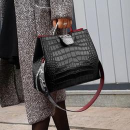 Moda de alta calidad Sexy Boa patrón de cuero en relieve señora hombro Crossbody bolsos diseñador mujeres Messenger Totes bolsa D175 desde fabricantes