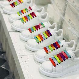Beste Qualität Regenbogen Spitze der Männer übergroßer Designer Schuhe Luxuxfrauenuhr berühmte Party Schuhe Paris Designer Turnschuhe mit breiten