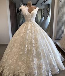 v profundo vestido de baile de casamento de volta Desconto Luxo Profundo V Necl Lace Appliqued vestido de Baile Vestido de Noiva Vinathe Open Back Arábia Saudita Dubai Vestido de Noiva Com Penas