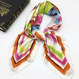 Canada Nouveau style bonne qualité 100% soie matériel imprimé blanc lettres foulards carrés pour les femmes taille 90cm - 90cm Offre