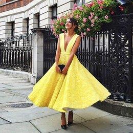 Moderne Jaune A-ligne Thé Longueur Robes De Bal Profond Col En V Dos Nu Main Fleur Robe De Fête De Soirée Courte Robes De Bal 2019 ? partir de fabricateur