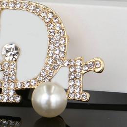 Ropa de imitación online-Diseñador de gama alta nuevo de gama alta con incrustaciones de diamantes perla brillante de alta calidad broche para parejas broche de moda accesorios de ropa libre de p