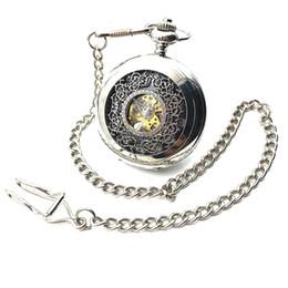 Cadenas de bolsillo para hombre online-Caja esquelética de Steampunk en tono plateado Dial negro Número árabe Mano Viento Mecánico Reloj de bolsillo para hombre con cadena Half Hunter FOB