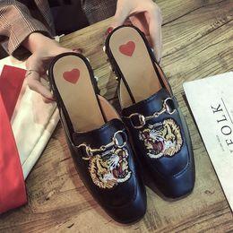 pantofole di ricamo Sconti Moda Scarpe da donna di marca Scarpe ricamate Fondo piatto Studente Nuovi sandali Cauual Style Pantofola da donna Catena classica Immagini animali hot