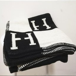 2019 toalla de siesta Cachemira manta de moda Marca H ins Bufanda de viaje grueso Carta cálida tejido de lana jacquard original volando siesta manta sofá toalla tapiz toalla de siesta baratos