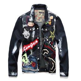 Длинная черная джинсовая куртка онлайн-Мужской куртка Вышитого Black Denim Jacket Letters знак с длинным рукавом Stretch пальто Лоскутной Верхней одеждой Азиатского размером M-3XL