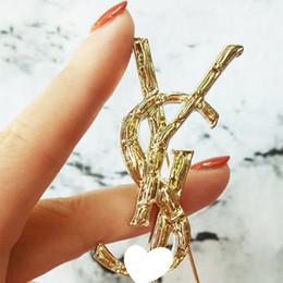 Frauen Designer Brief Brosche Berühmte Brosche Anzug Revers Pin Gold Geschenk für Liebe Freundin Modeschmuck Zubehör Epacket Versand von Fabrikanten