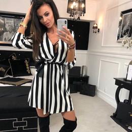 vestido de manga curta preto e preto Desconto 2018 novas mulheres da moda preto branco listrado dress casual manga curta vestidos soltos mulheres summer beach party dress vestidos d19010501