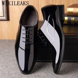 b013f61d3c Designer Clássico Mens Sapatas de Vestido de Luxo Da Marca de Couro de  Patente Oxford Sapatos Para Homens de Casamento Formal Sapato Social  Masculino