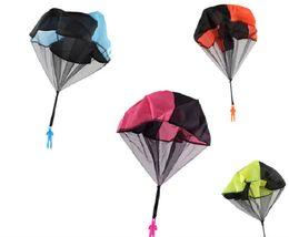 2019 juguetes de enredo Flying Parachute Skydiving Soldier Toy Tangle Free Toss Ejército del exterior Juego de hombres para niños Niños Juguetes para lanzar Juguetes exteriores para niños Gre juguetes de enredo baratos