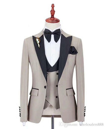Padrinos de boda trajes pajarita online-Traje a medida Padrinos de boda Beige Novio Esmoquin Pico Negro Hombres de solapa trajes boda mejor hombre novio (chaqueta + pantalones + chaleco + pajarita)