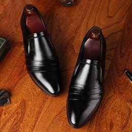 braune formale schuhe verkauf Rabatt Hot Sale-Müßiggänger Männer italienische Schuhe Männer elegante Friseur braunes Kleid Business Schuhe Männer formale Sepatu Slip auf Pria Sapatos sozialen Ayakkabi