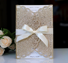 Corte laser barato online-Envío gratuito Laser Cut Gold Powder Tarjetas de invitación de boda mesa titular de la tarjeta de boda Barato 2019 Nuevo llega
