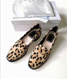 talons de chaussures de cheval Promotion Nouvelles chaussures pour femmes en cuir avec imprimé léopard et cuir léopard strass chaussures en cuir rétro Europe et Amérique Mocassins à talons épais
