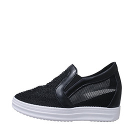 Tacones ocultos de cuña alta online-Plataforma oculta de malla Tacones altos Cuñas Zapatillas de deporte 2019 Verano Rhinestone Elegante moda cómodo y transpirable zapatos casuales para mujer