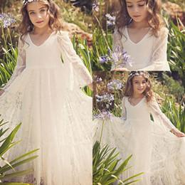 bebê bonito do laço Desconto 2020 Cheap Lace encantadores Boho vestidos da menina flor para maca Casamentos V Neck mangas compridas Marfim Meninas Vestidos Pageant Vestido Baby Kids Comunhão
