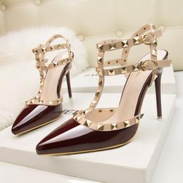 2019 feticcio del pattino di brevetto fetish tacchi rossi scarpe da donna di design in pelle verniciata da donna scarpe da sposa rivetti sandali gladiatore pompe sexy scarpe san valentino nero N013 sconti feticcio del pattino di brevetto
