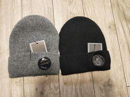 2 renkler CP ŞIRKET kasketleri erkekler sonbahar kış kalın örme kafatası kapaklar açık spor şapkalar siyah gri nereden