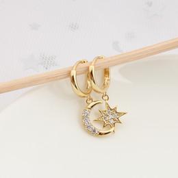 Hebilla de oreja de oro online-Pendientes meses Estrella asimétrico temperamento de la personalidad de los pendientes de aro muchachas de las mujeres de la aleación de oro plateado oído de la manera M866F joyería hebilla