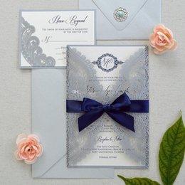 Inviti di nozze blu scuro online-Inviti di nozze grigio scuro con fiocco blu navy Inviti di anniversario stampati personalizzati battesimo con stampa libera busta