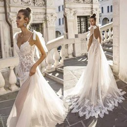 V collo di vestito da cerimonia nuziale del merletto del collo di v online-Vestido De Noiva 2019 Sexy Boho guaina Abiti da sposa in pizzo Backless con scollo a V senza spalline Bow Appliques Beach Abiti da sposa Estate