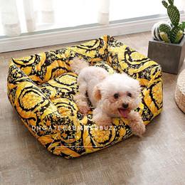 Pequenos conjuntos de ouro on-line-LE VASO barroco Medusa Teddy Pet cama cães pequenos e gatos Cama Define padrões preto clássico Soft Gold roupa de cama do animal de estimação artigos