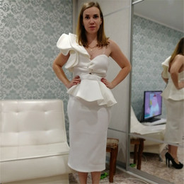9bfc08ab69757 2018 élégantes robes de soirée courtes en satin blanc avec volants robes de  soirée cocktail une épaule courtes robes de bal longueur robe de soirée  cheap ...