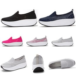 2019 zapatos de mujer totalidades venta entera de Deportes de Verano de los zapatos corrientes respirables para las mujeres negro tamaño de las zapatillas de deporte de color gris oscuro azul rosa Hollow entrenadores de deportes al aire libre 35-42 zapatos de mujer totalidades baratos