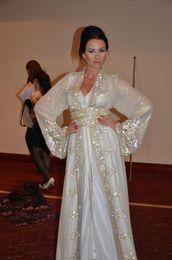 Robes de kaftan blanc en Ligne-2019 Nouveaux Musulmans Dubaï Kaftan Robes De Soirée En Dentelle Col En V Manches Longues Blanc Cristal Perlé Bling Spa Pagerkle Écharpes Arabe Formelles PromGowns