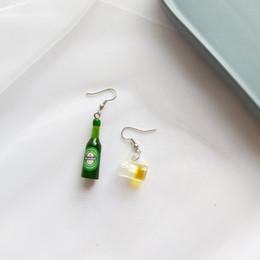 Boucles d'oreilles à vin en Ligne-Livraison Gratuite Nouvelle Boucle D'oreille Pour Les Femmes Cool Mini Bouteille De Bière Verre De Vin Asymétrique Art Fan résine boucles d'oreilles