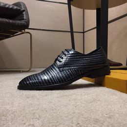 2019 designers de vêtements italiens Luxe Italien Luxe Designer en cuir chaussures habillées Top cuir fête de mariage hommes chaussures en daim de la mode mocassins talon chaussures taille 38-44 promotion designers de vêtements italiens