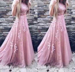 2019 vestidos de quinceañera 2019 Long Prom Vestidos Sheer Neck Tulle A Linha Apliques de Renda Sem Mangas Com Cinto Blush Rosa Formal Vestidos de Noite Vestido de Baile Vestido de Festa