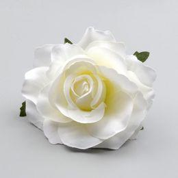 Corona de flores blancas online-30 piezas grandes cabezas de flores de seda rosa blanca artificial para decoración de bodas guirnalda de bricolaje caja de regalo Scrapbooking artesanía flores falsas