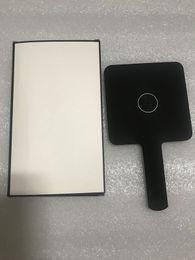 Мини-шаблоны онлайн-Горячая распродажа 2019 Новый классический шаблон C mini Зеркало для макияжа Высококачественное ручное зеркало Косметика Инструменты с подарочной коробке Свадебный подарок (Анита Ляо)