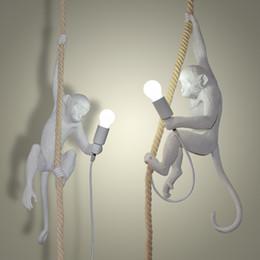 12 monos Rebajas JESS Moderna Resina Creativa Mono Blanco Lámpara Loft Vintage Cuerda de Cáñamo Colgante de Luz para el Hogar Bar Cafe Retro Lámpara Colgante Colgante 110`260V