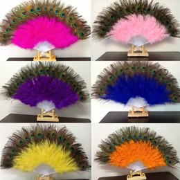 Павлиньи перья для костюма онлайн-Павлин вентилятор пластиковые шесты перо вентилятор для костюма танцевальной вечеринки декоративные ручной складной вентилятор многоцветный RRA2500