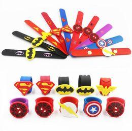 Cadeaux batman en Ligne-Silicone Superhero Slap Bracelet Marvel Avengers Capitaine America Spider Man Superman Batman Flash Bracelet Bracelet Enfants Cadeau