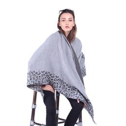 2019 moda europea y americana borla de leopardo de doble uso bufanda de múltiples funciones chal de split toalla de playa regalo de invierno desde fabricantes